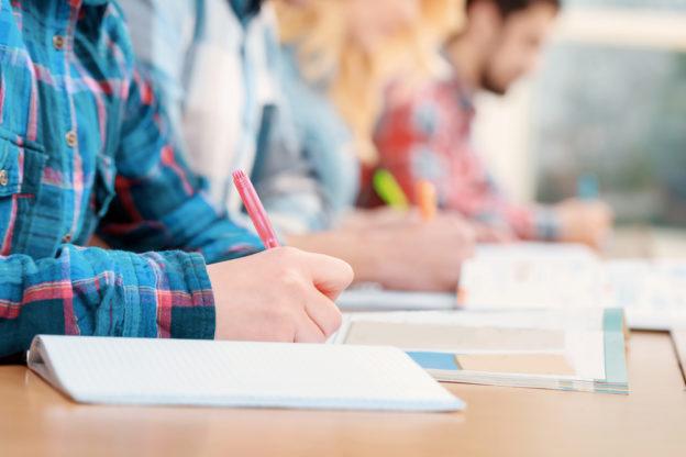 Bewerber nehmen an Aufnahmeprüfung teil